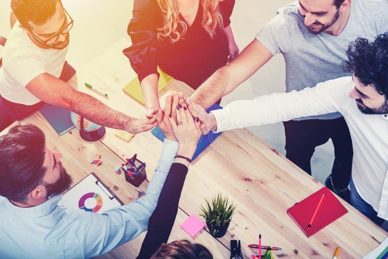 Бизнесмены кладя их руки совместно Концепция интеграции, сыгранности и партнерства стоковые фотографии rf