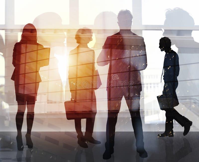 Бизнесмены которые работают совместно в офисе Концепция сыгранности, партнерства и запуска двойная экспозиция стоковое фото