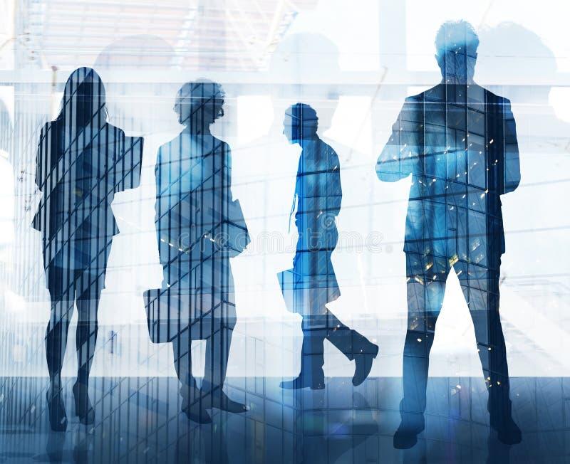 Бизнесмены которые работают совместно в офисе Концепция сыгранности, партнерства и запуска двойная экспозиция стоковая фотография rf