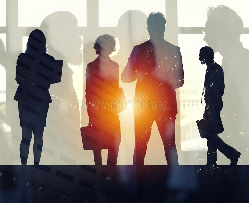 Бизнесмены которые работают совместно в офисе Концепция сыгранности, партнерства и запуска двойная экспозиция стоковая фотография
