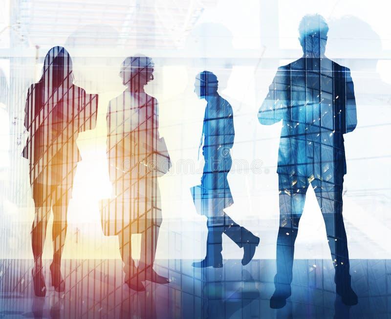Бизнесмены которые работают совместно в офисе Концепция сыгранности, партнерства и запуска двойная экспозиция стоковые изображения rf