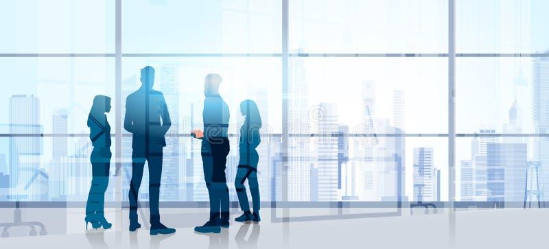 Бизнесмены метода мозгового штурма конференции тренировки семинара стойки команды силуэта говоря в современном офисе иллюстрация вектора