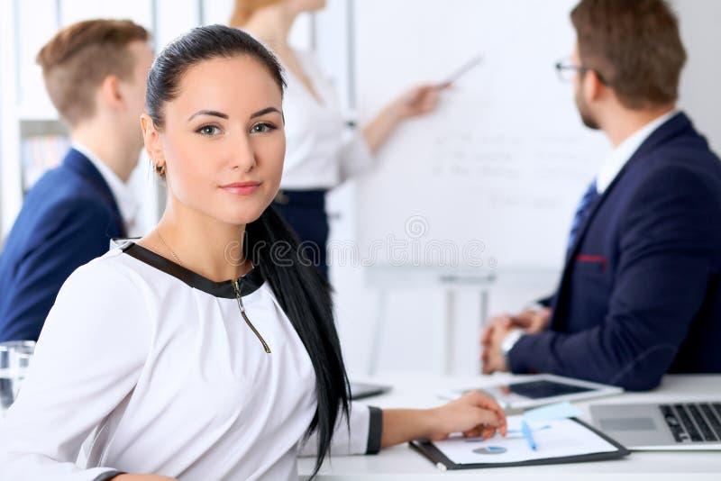 Бизнесмены на встрече в офисе Фокус на женщине босса стоковые фото