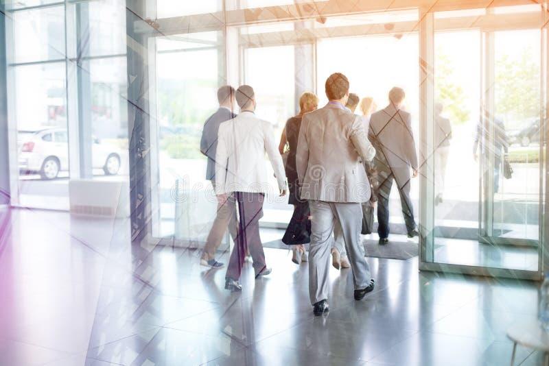 Бизнесмены на из здания стоковое фото rf