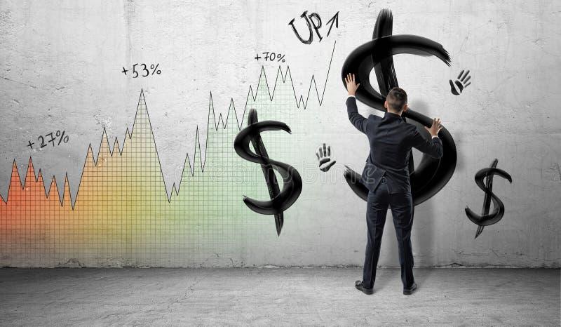 Бизнесмены на красочной предпосылке диаграммы выгоды устанавливая руки на стене с чернотой покрасили знаки доллара и печати руки стоковые фотографии rf