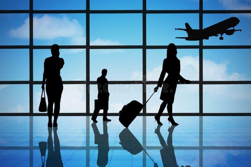 Бизнесмены на крупном аэропорте стоковое изображение