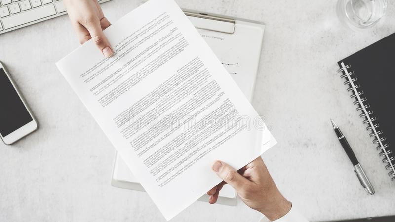 Бизнесмены обменивают документ стоковое изображение