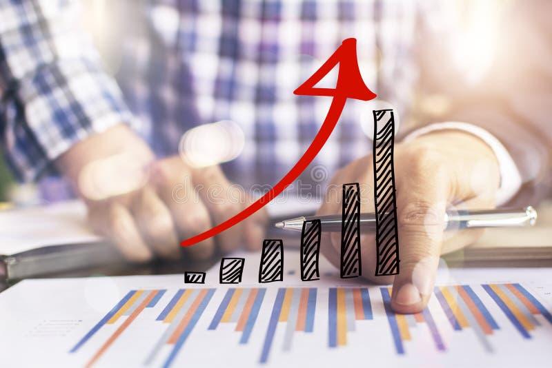 Бизнесмены обсуждая диаграммы стоковые изображения