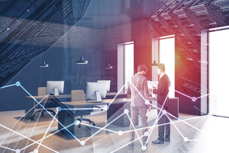 Бизнесмены обсуждая документы в офисе просторной квартиры стоковая фотография