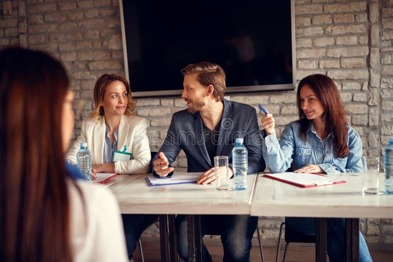 Бизнесмены обсуждения для собеседования для приема на работу с выбранным стоковые изображения