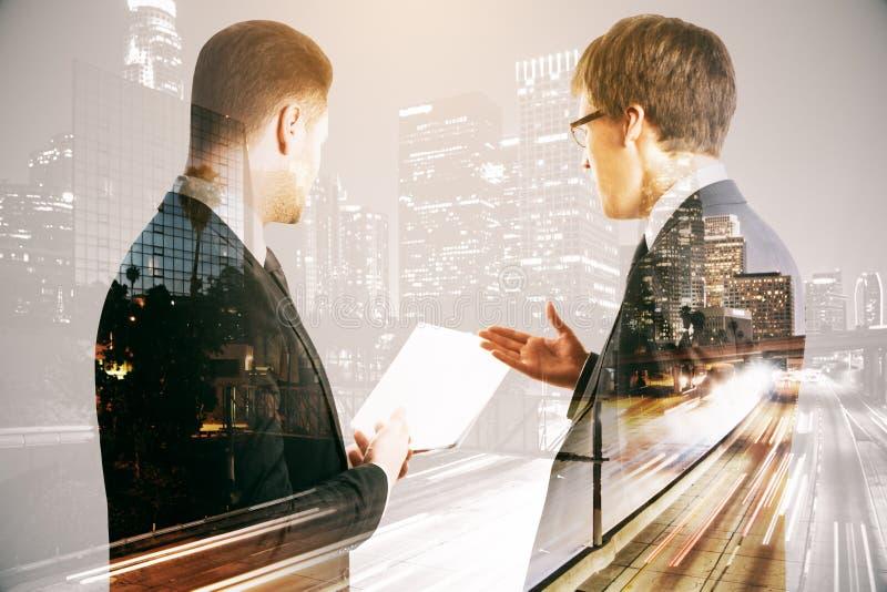 Бизнесмены обсуждая контракт иллюстрация вектора