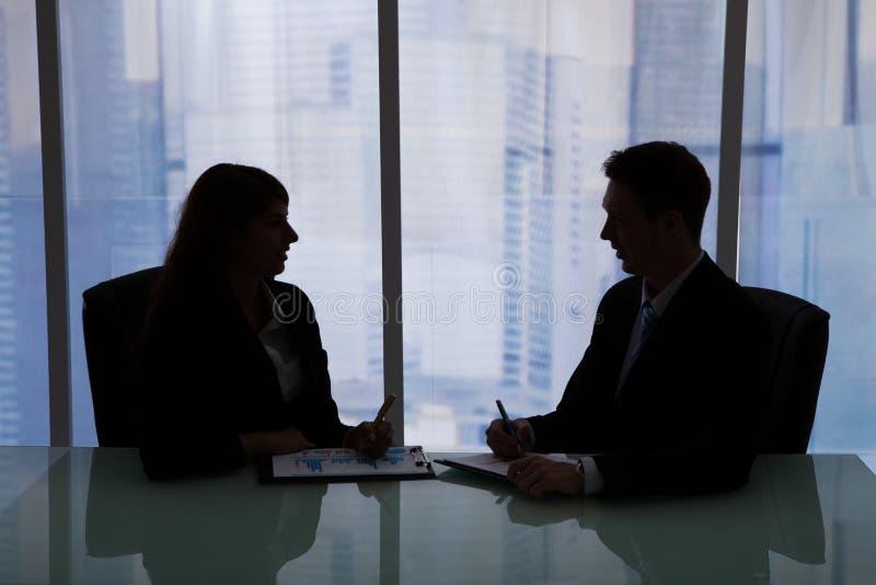 Бизнесмены обсуждая на столе в офисе стоковое фото