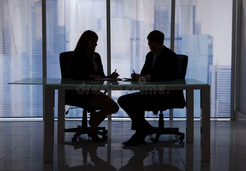 Бизнесмены обсуждая на столе в офисе стоковые фото