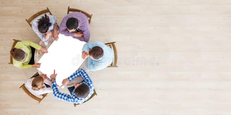 Бизнесмены объединяются в команду с чистым листом бумаги стоковая фотография rf