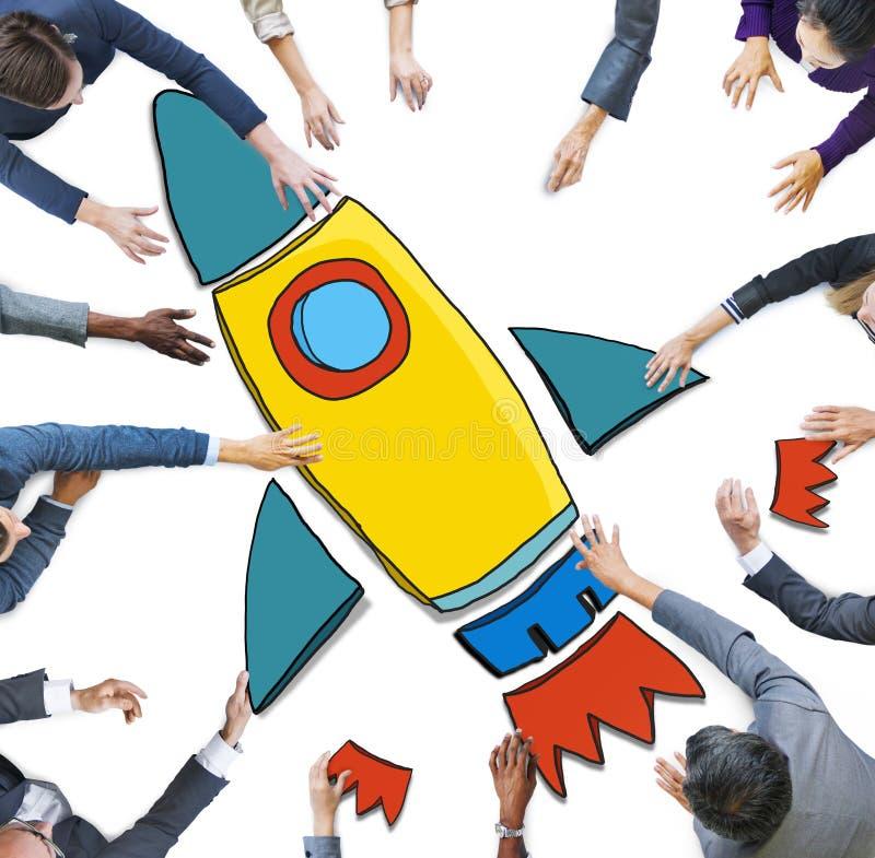 Бизнесмены достигая для символа Ракеты стоковые фото