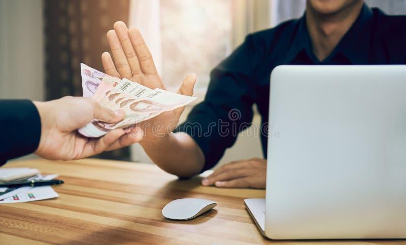Бизнесмены отказывают получить оплаченными с преимуществами которые делают его работать более быстро чем другие Концепция приняти стоковое изображение
