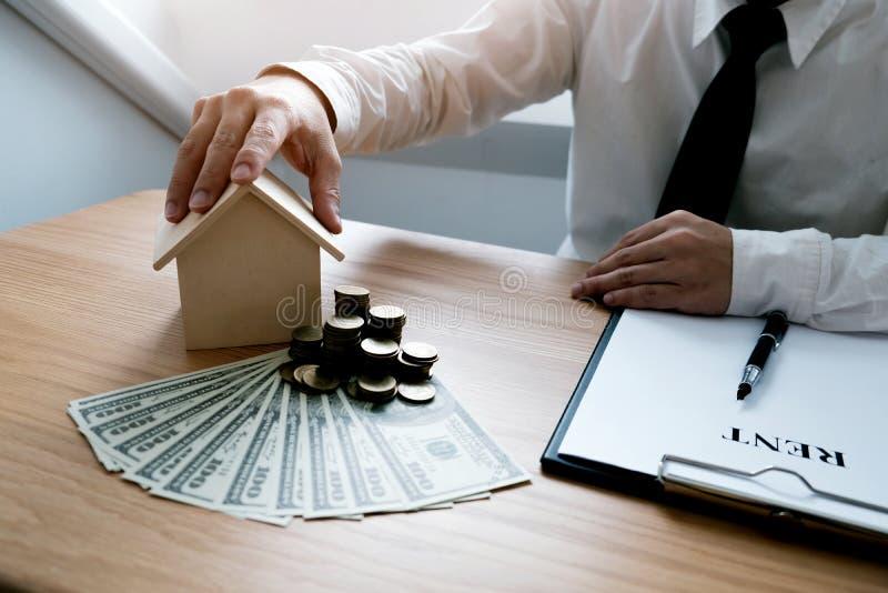 Бизнесмены подписывая контракт делая дело с недвижимостью стоковое фото
