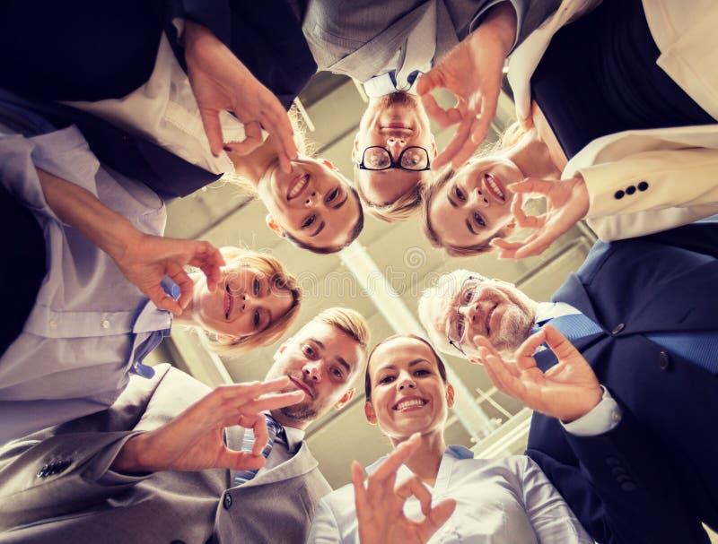 Бизнесмены показывая в порядке знак руки на офисе стоковое фото rf