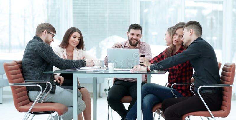 Бизнесмены показывая команду работают пока работающ в комнате правления в интерьере офиса стоковые фото