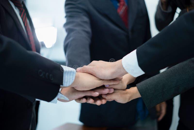 Бизнесмены положили их руки совместно предприниматели празднуя в деле дела успеха офиса, концепции дела, деле s стоковые фотографии rf