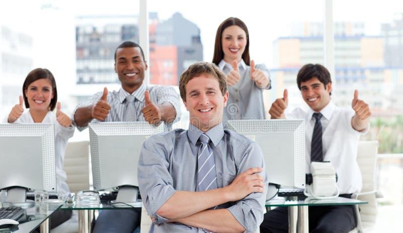 бизнесмены положительных больших пальцев руки вверх стоковые изображения rf