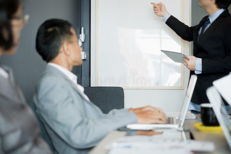 Бизнесмены представляют идеи дела к команде пока встречающ в офисе, концепции дела стоковые фотографии rf