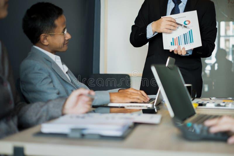 Бизнесмены представляют идеи дела к команде пока встречающ в офисе, концепции дела стоковая фотография