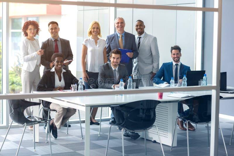 Бизнесмены представляя на встрече в компании стоковые изображения