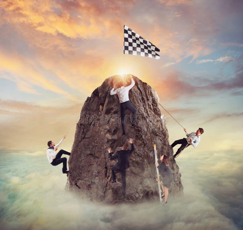 Бизнесмены пробуют достигнуть цель Трудная концепция карьеры и conpetition стоковое изображение