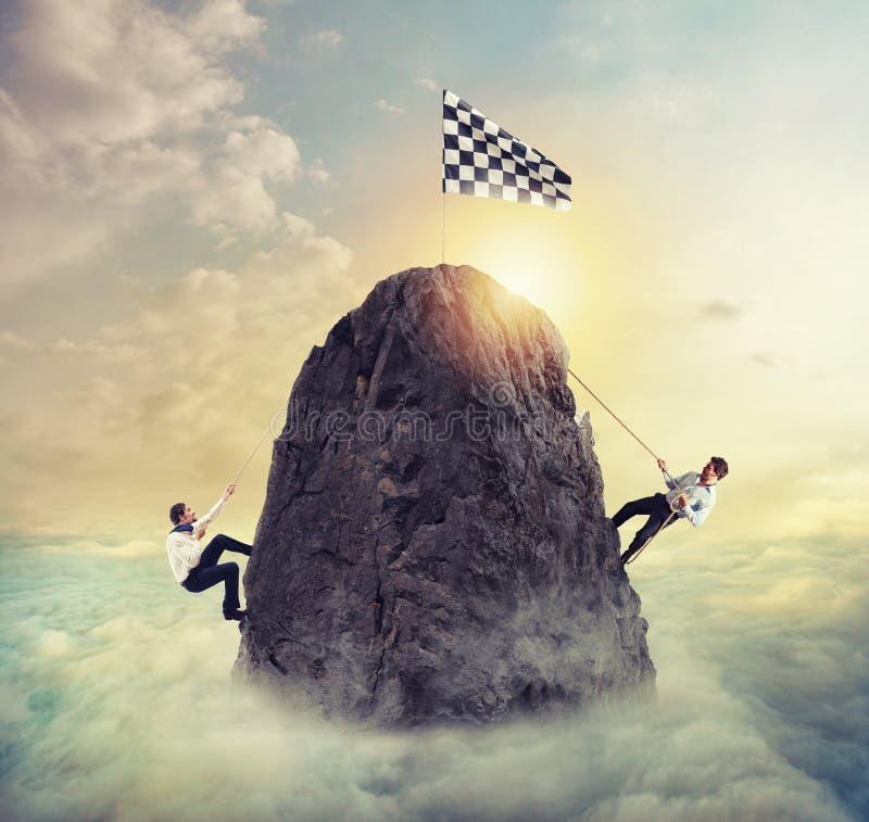 Бизнесмены пробуют достигнуть цель Трудная концепция карьеры и conpetition стоковое фото rf