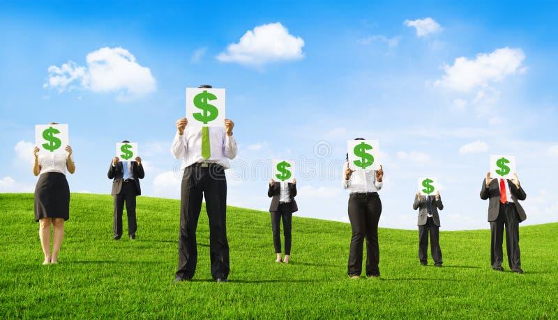 Бизнесмены проводя плакаты с знаками доллара стоковые изображения rf