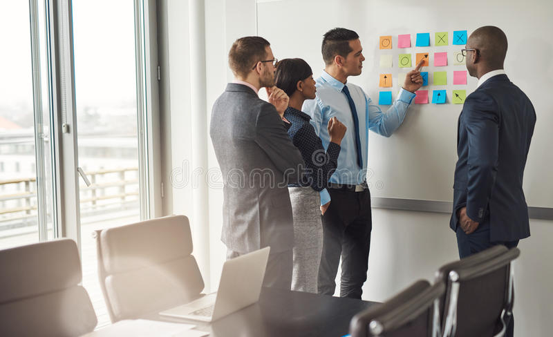 4 бизнесмены планируя с липкими примечаниями стоковая фотография