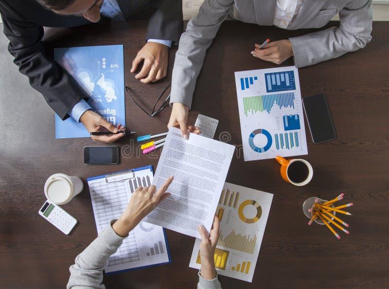 Бизнесмены работая на столе офиса стоковое изображение rf