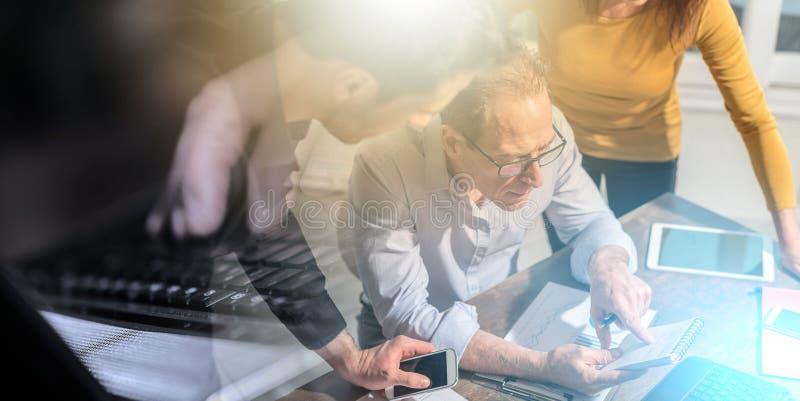 Бизнесмены работая совместно; множественная выдержка стоковое фото rf