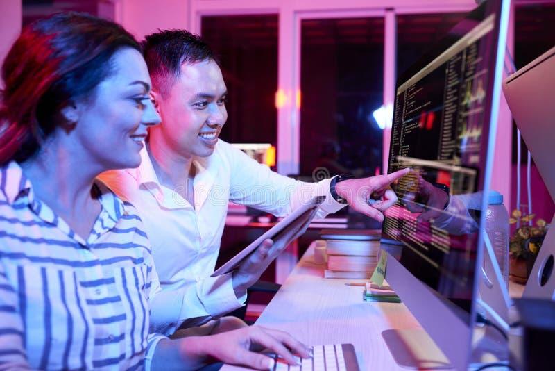 Бизнесмены работая с компьютерной программой на офисе стоковое фото