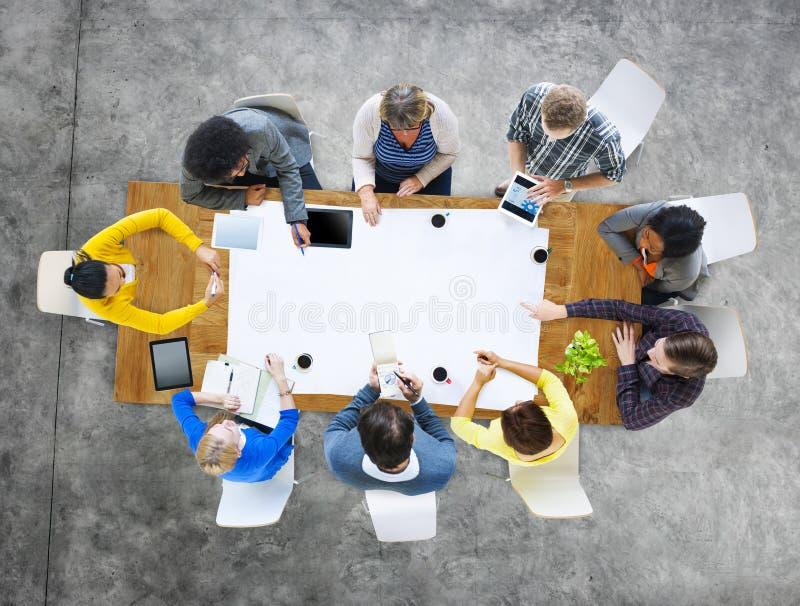 Бизнесмены разнообразия коллективно обсуждать концепцию команды обсуждения стоковое фото