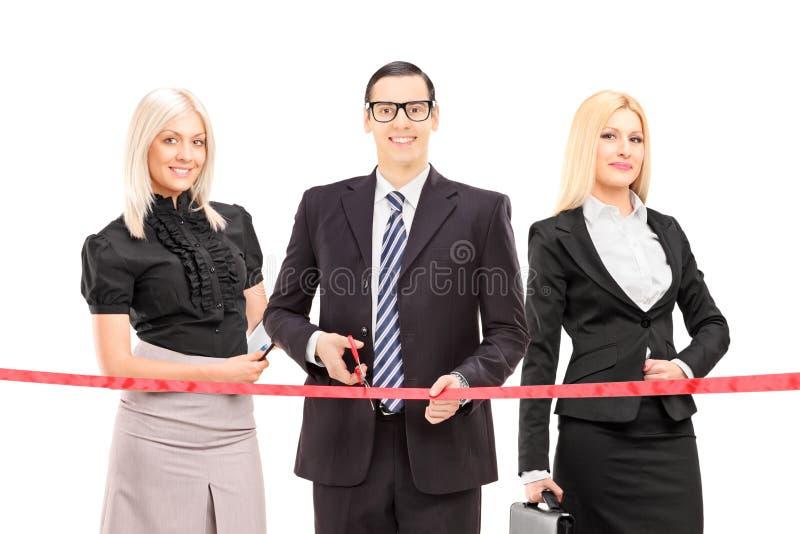 Бизнесмены режа бюрократизм стоковые фото