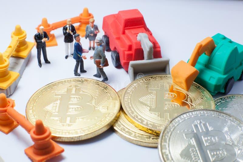 Бизнесмены рукопожатие, соглашаются объединить в минно-заградительной операции bitcoin Партнерство, Fundraising, ICO, cryptocurre стоковое изображение rf