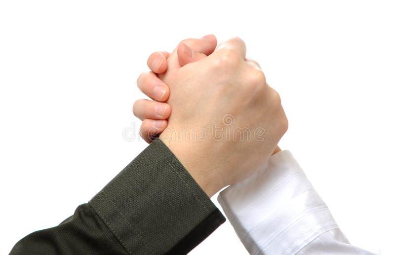бизнесмены рукоятки wrestling стоковая фотография