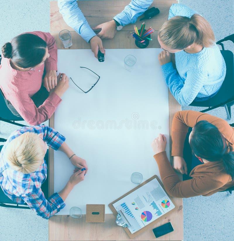 Бизнесмены сидя и обсуждая на встрече, в офисе стоковое фото