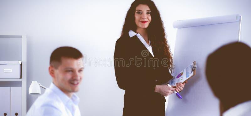 Бизнесмены сидя и обсуждая на встрече, в офисе стоковая фотография rf
