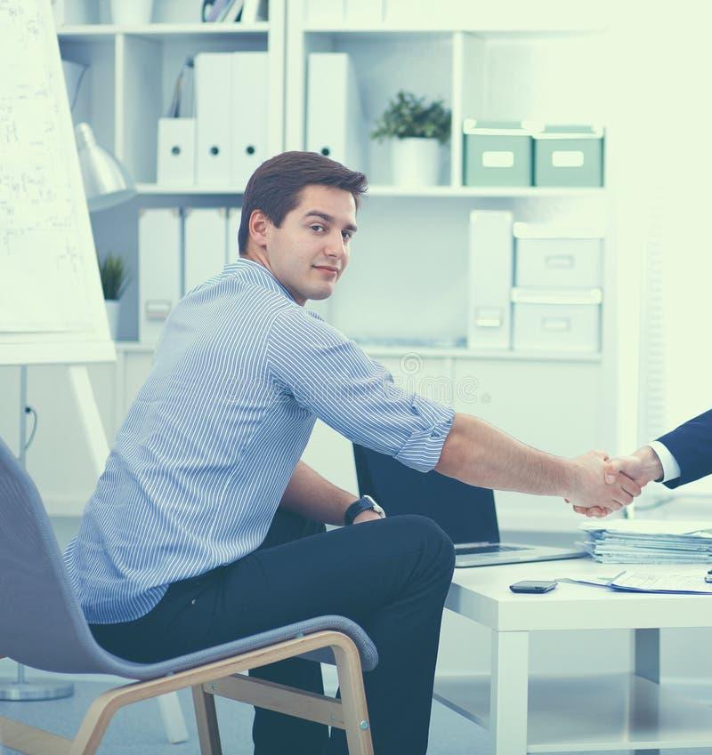 Бизнесмены сидя и обсуждая на встрече, в офисе стоковые изображения