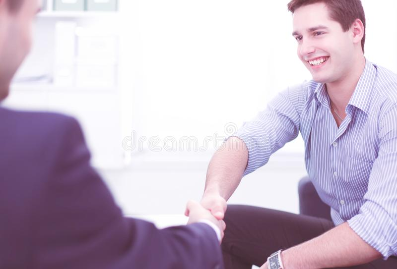 Бизнесмены сидя и обсуждая на встрече, в офисе стоковое фото rf