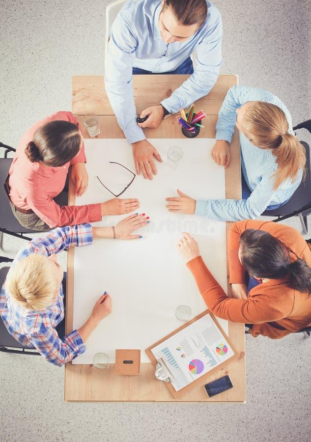 Бизнесмены сидя и обсуждая на деловой встрече, в офисе стоковые фото