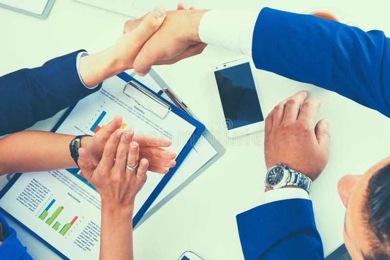 Бизнесмены сидя и обсуждая на деловой встрече, в офисе стоковые изображения