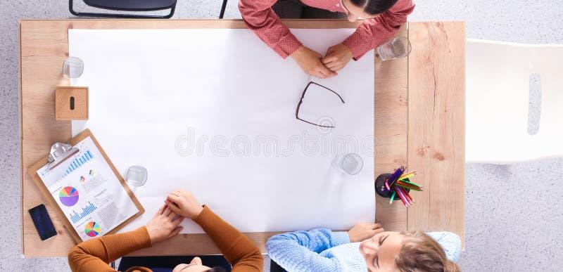 Бизнесмены сидя и обсуждая на встрече, в офисе стоковые фото