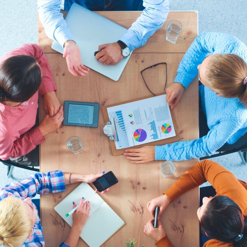 Бизнесмены сидя и обсуждая на деловой встрече, в офисе стоковые изображения rf