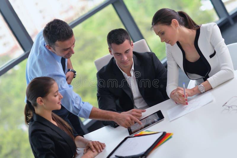 Бизнесмены собирают в встречу на офисе стоковая фотография rf