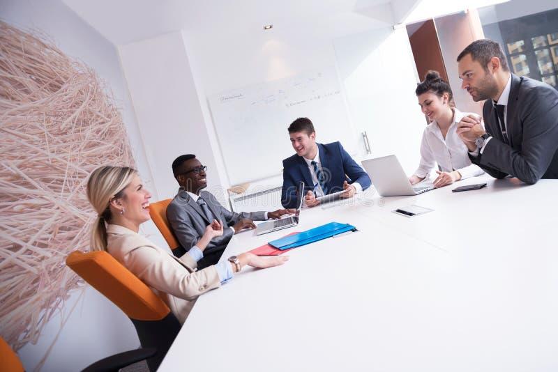 Бизнесмены собирают на офис стоковые изображения rf