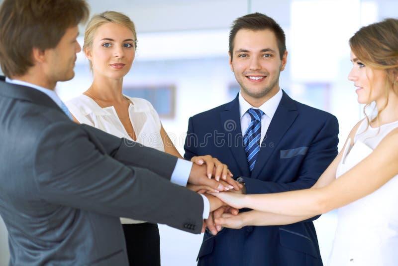 Бизнесмены собирают соединяя руки стоковое изображение